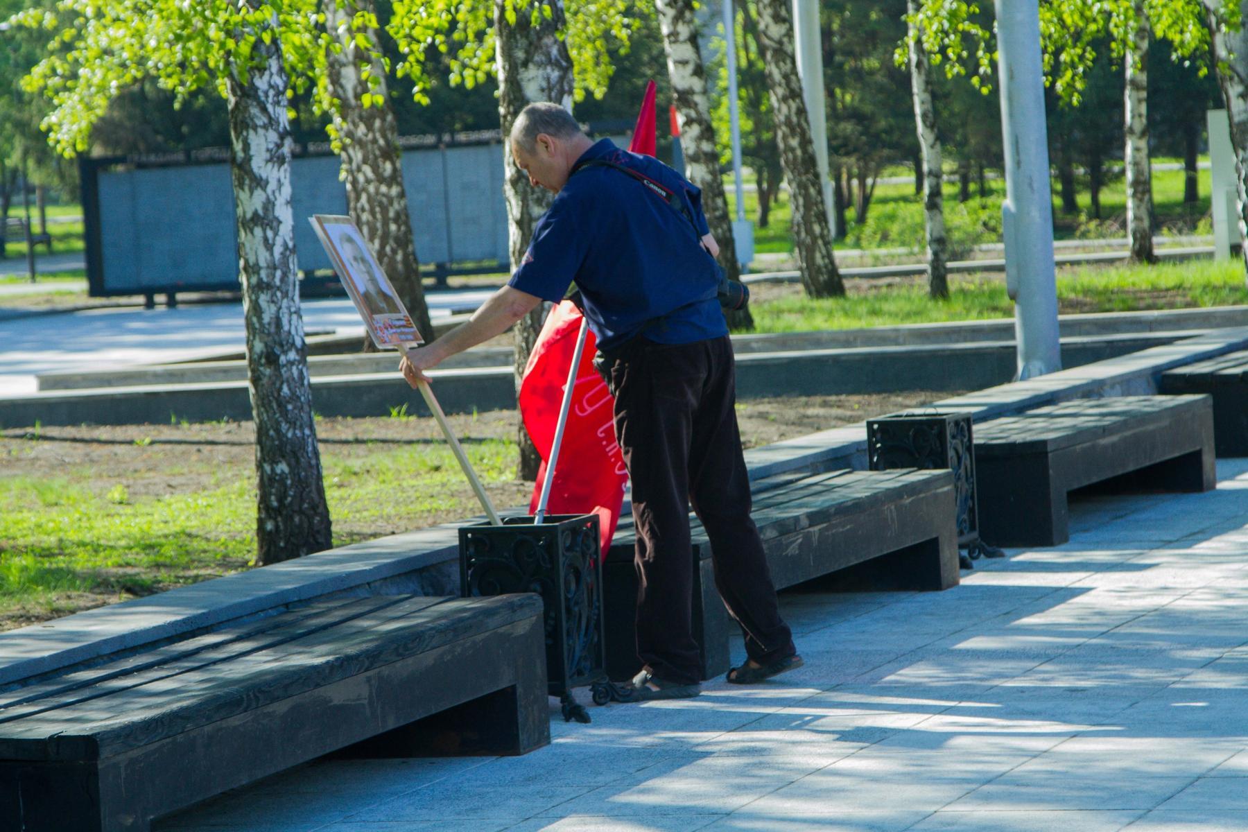 Фото Фото ветерана и Знамя Победы поставили в мусорную урну в Новосибирске 2