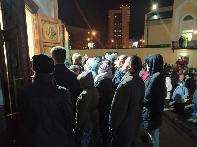 фото Полиция перекрыла проезд к Вознесенскому собору в преддверии пасхального богослужения 3