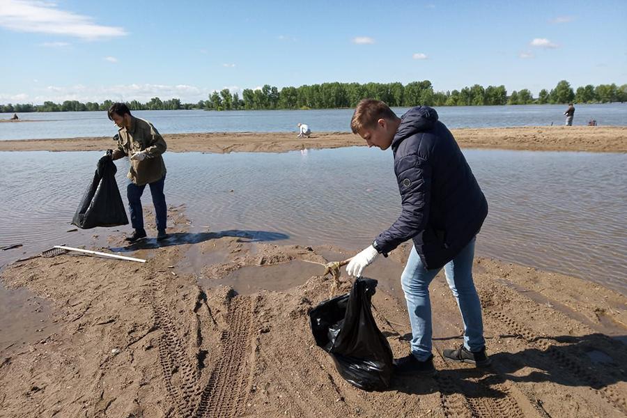 Фото Волонтёры сделали чище стихийный пляж у Заельцовского парка 2