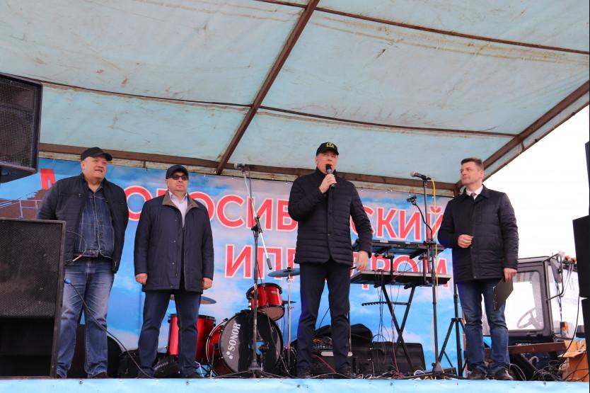 Фото На открытии летнего бегового сезона на Новосибирском ипподроме главным призом стал трактор 4