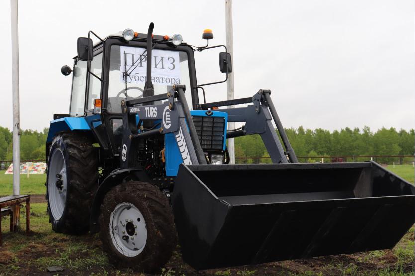 Фото На открытии летнего бегового сезона на Новосибирском ипподроме главным призом стал трактор 3