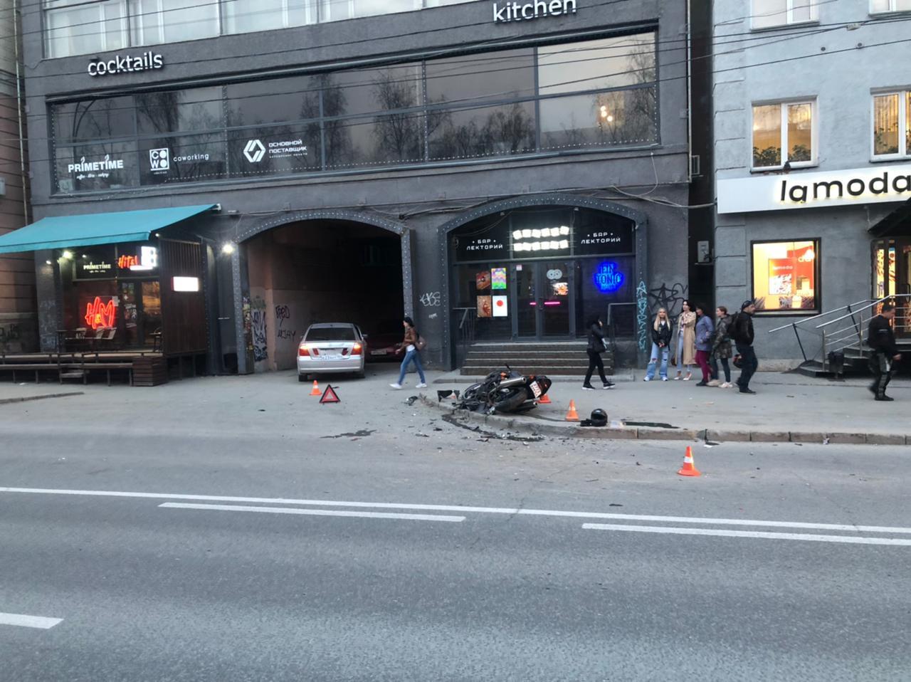 Фото «Тойота» сбила мотоциклиста на Красном проспекте в Новосибирске 3