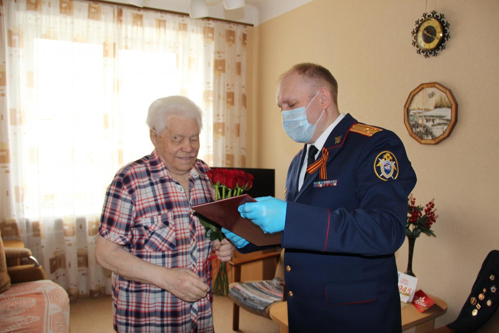 фото Сотрудники следственного управления Новосибирска поздравили ветерана Великой Отечественной войны с Днём Победы 3