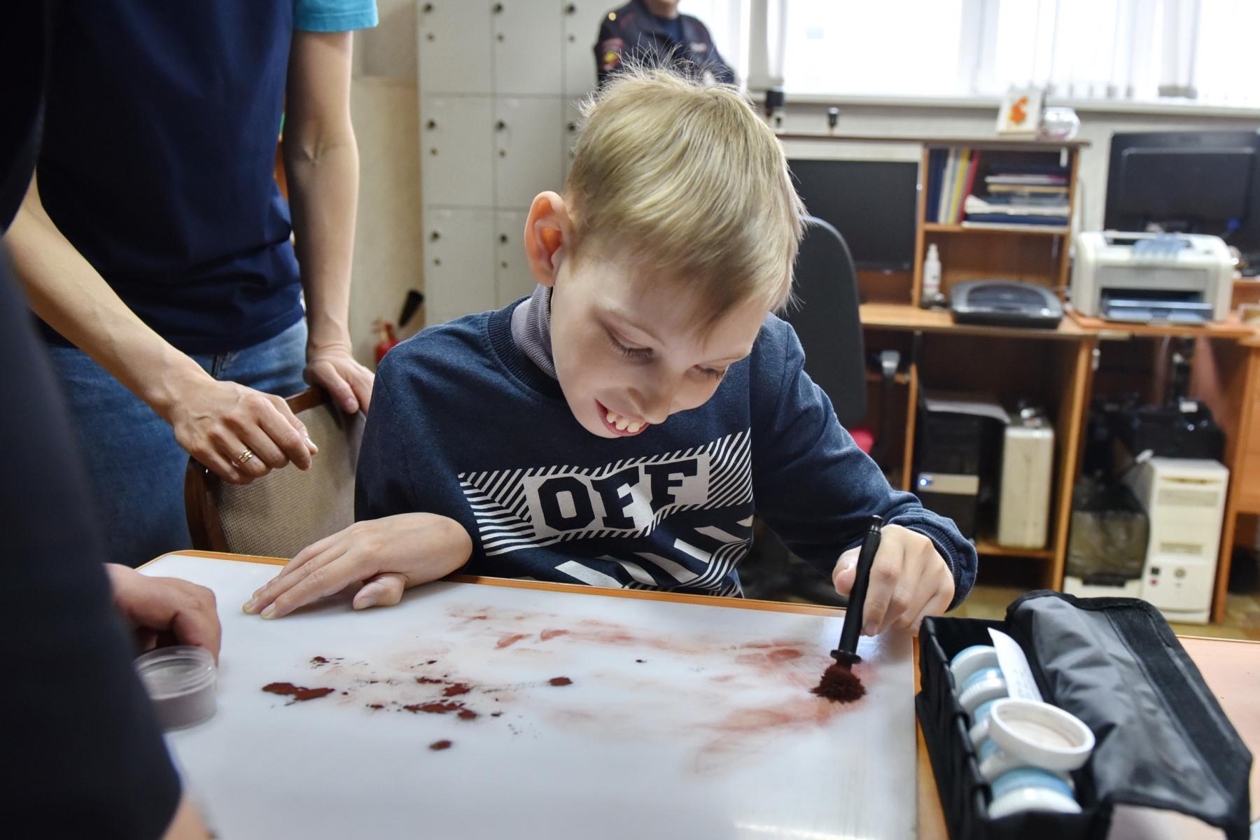 Фото Омские правоохранители провели индивидуальную экскурсию для мальчика с церебральным параличом 3