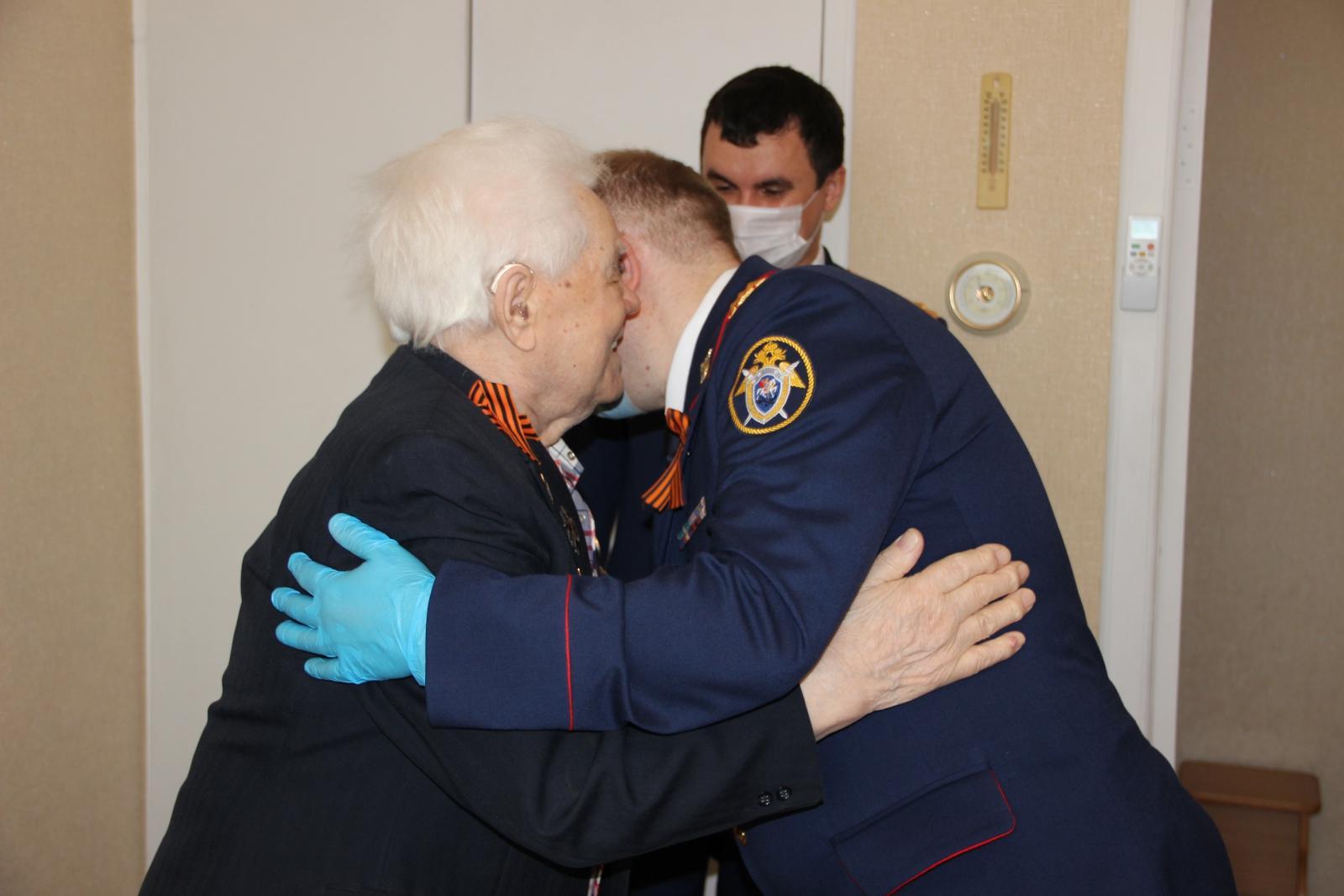 фото Сотрудники следственного управления Новосибирска поздравили ветерана Великой Отечественной войны с Днём Победы 4