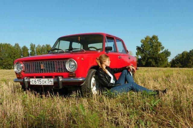 фото Lady in red: Виктория Рогалёва из Новосибирска восстановила купленную за 13 тыс рублей «копейку» 3