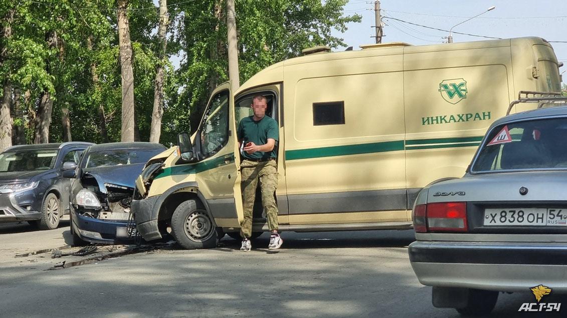 Фото ДТП с участием инкассаторской машины произошло в Новосибирске на улице Петухова 2