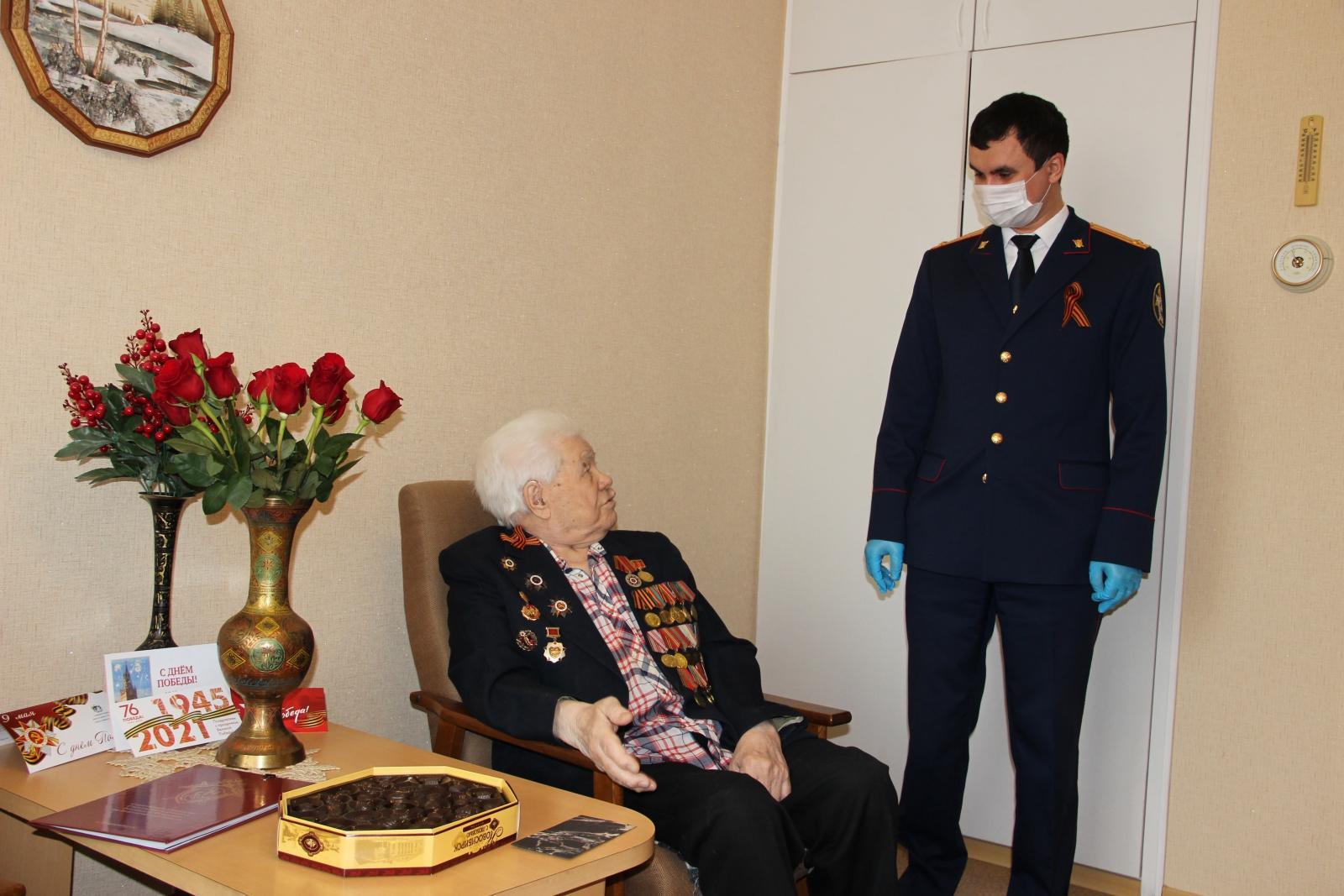 фото Сотрудники следственного управления Новосибирска поздравили ветерана Великой Отечественной войны с Днём Победы 2