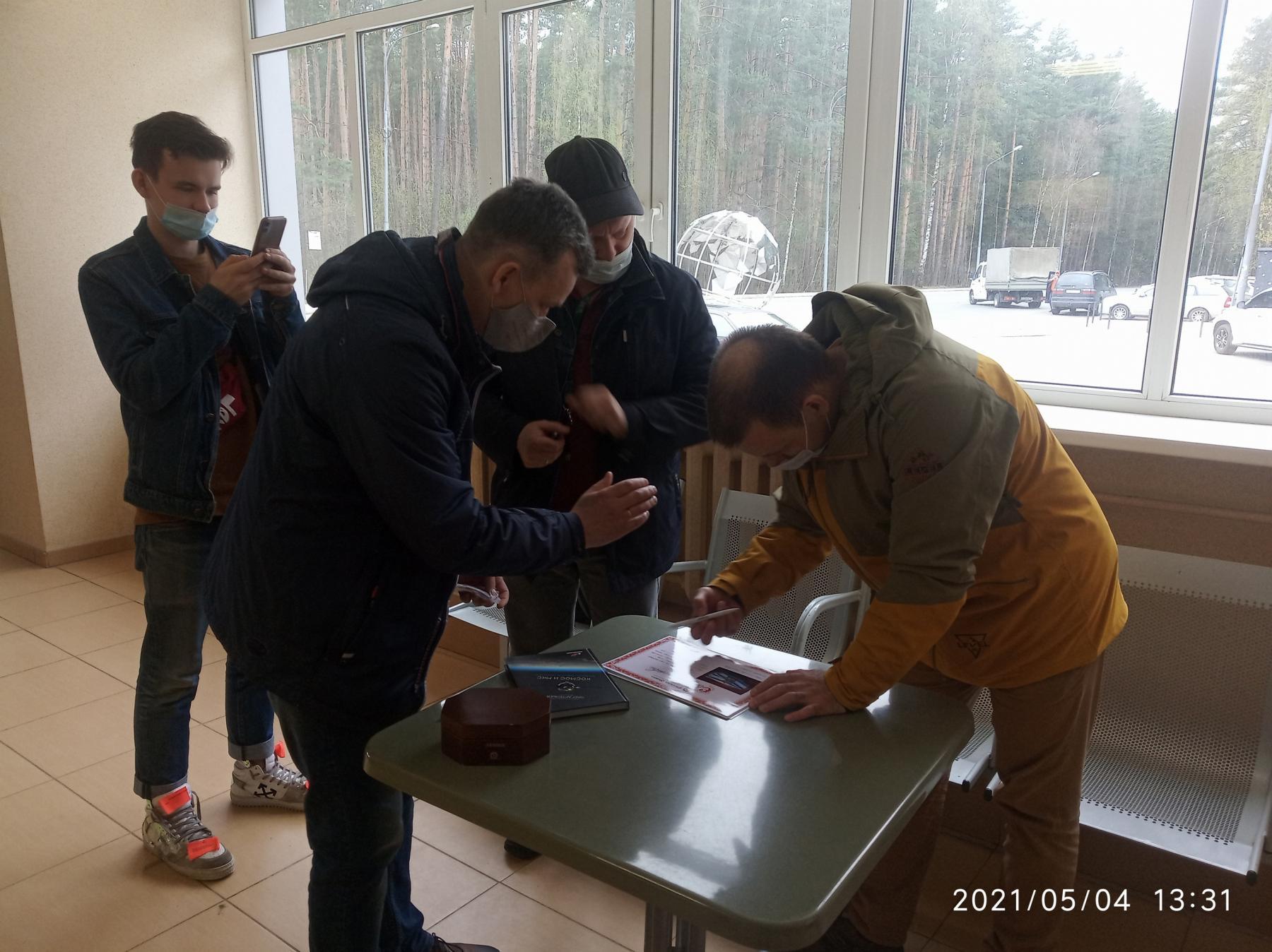 фото Новосибирский Левша подарил космонавтам микрочервонцы 2
