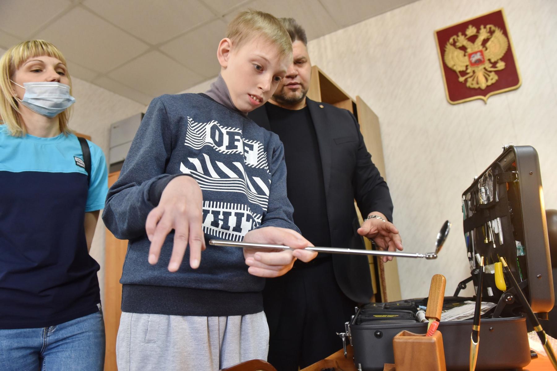 Фото Омские правоохранители провели индивидуальную экскурсию для мальчика с церебральным параличом 2