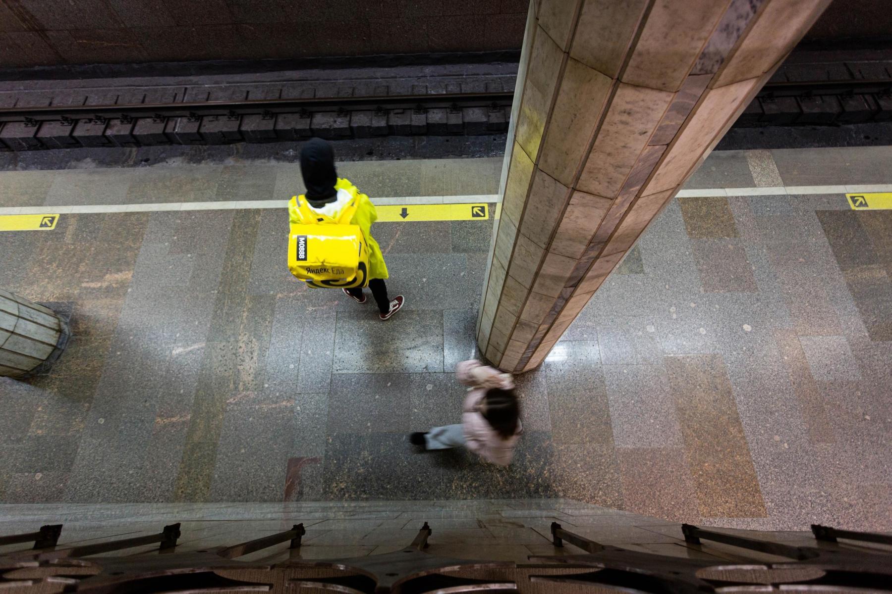 Фото Падение мужчины на рельсы в метро Новосибирска, аварийная посадка самолёта и колонны пограничников: главные новости 28 мая – в одном материале 7