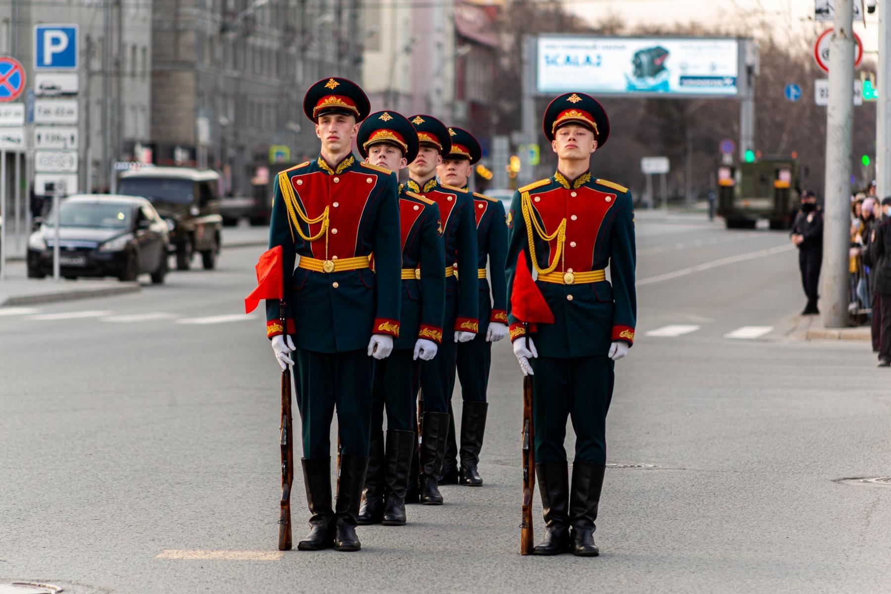 Фото Флаги, форма, техника, толпы зрителей: лучшие фото с репетиции парада в Новосибирске 7
