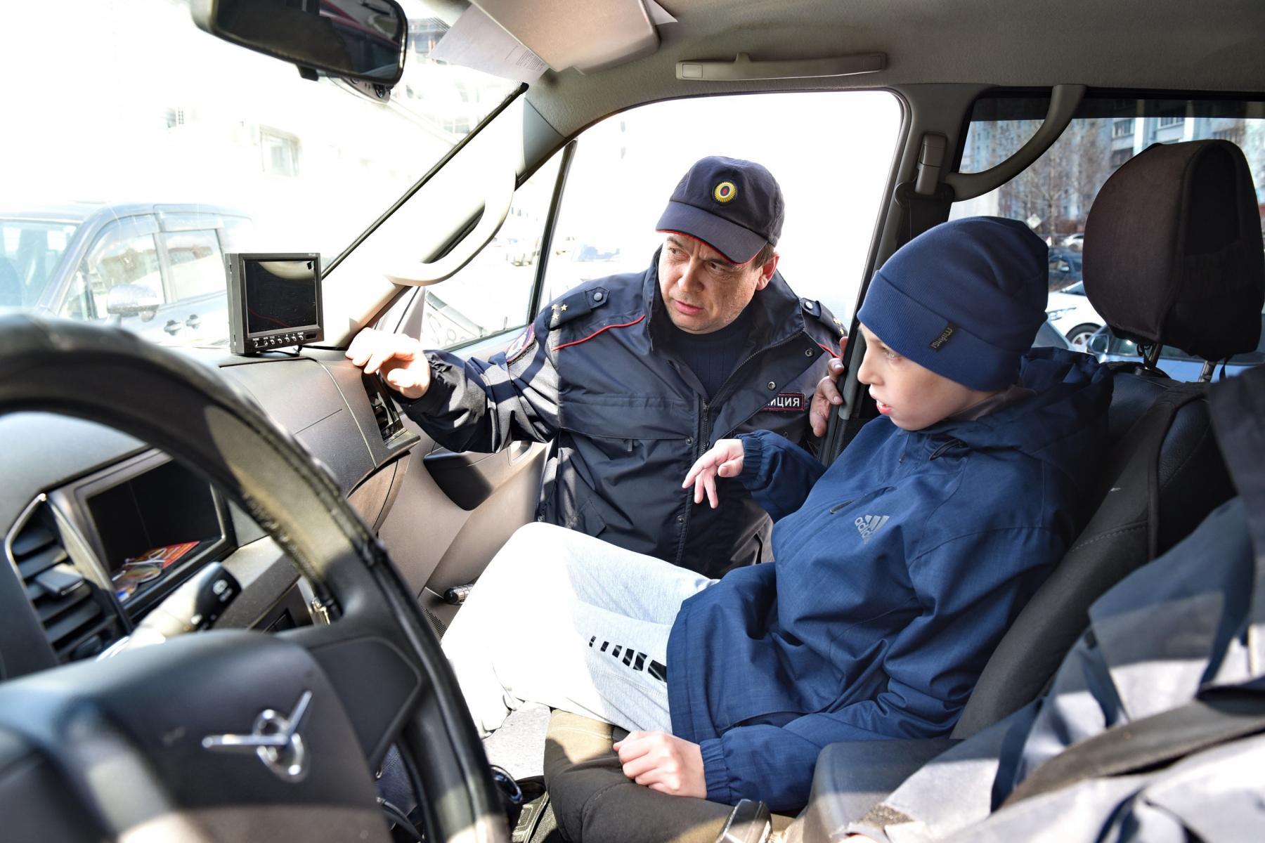 Фото Омские правоохранители провели индивидуальную экскурсию для мальчика с церебральным параличом 4