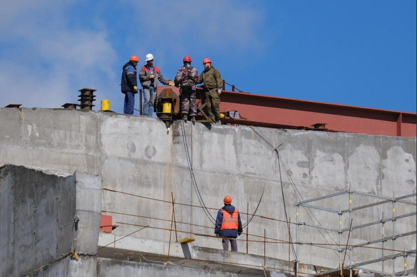 Фото Строительство ледовой арены к МЧМ-2023 в Новосибирске продолжается и в майские праздники 2