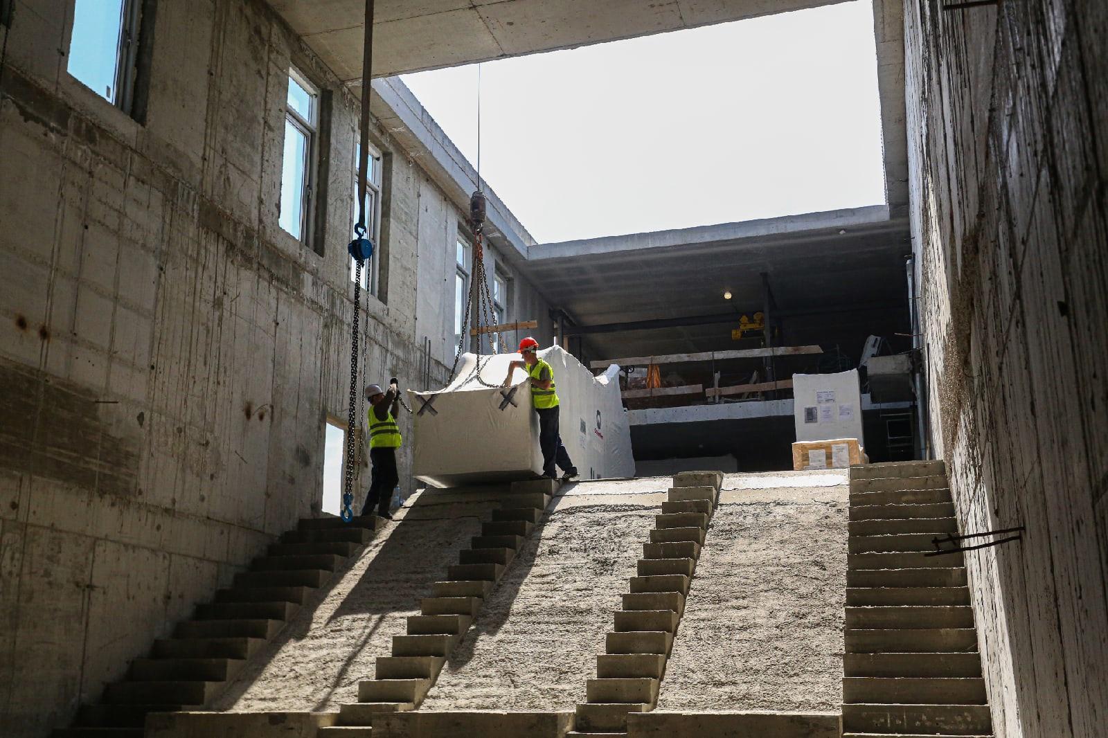 фото Проверка школ после трагедии в Казани, провал асфальта под машиной и бонусы за прививку от коронавируса: главные новости 12 мая – в одном материале 7