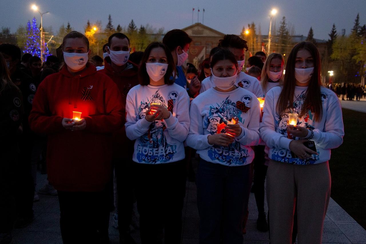 фото Новосибирцы зажгли тысячи свечей на Монументе Славы 6