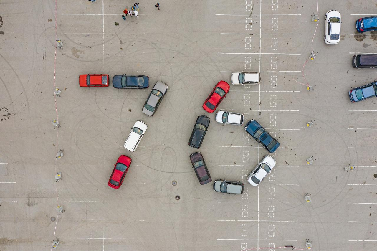 фото Жители Новосибирска выстроили автомобилями число «76» в честь Дня Победы 3