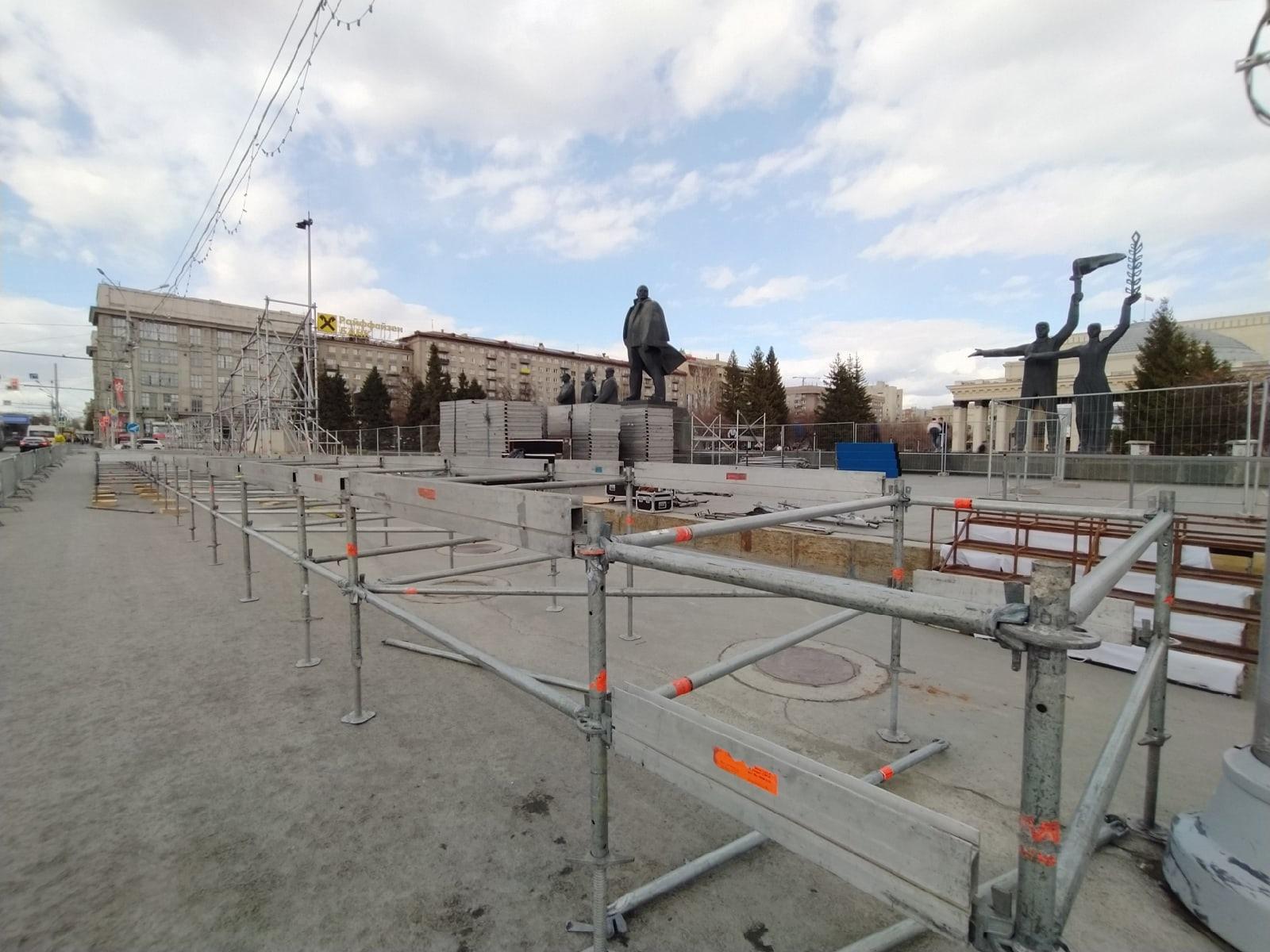Фото В Новосибирске начали собирать сцену к параду Победы 9 мая 4