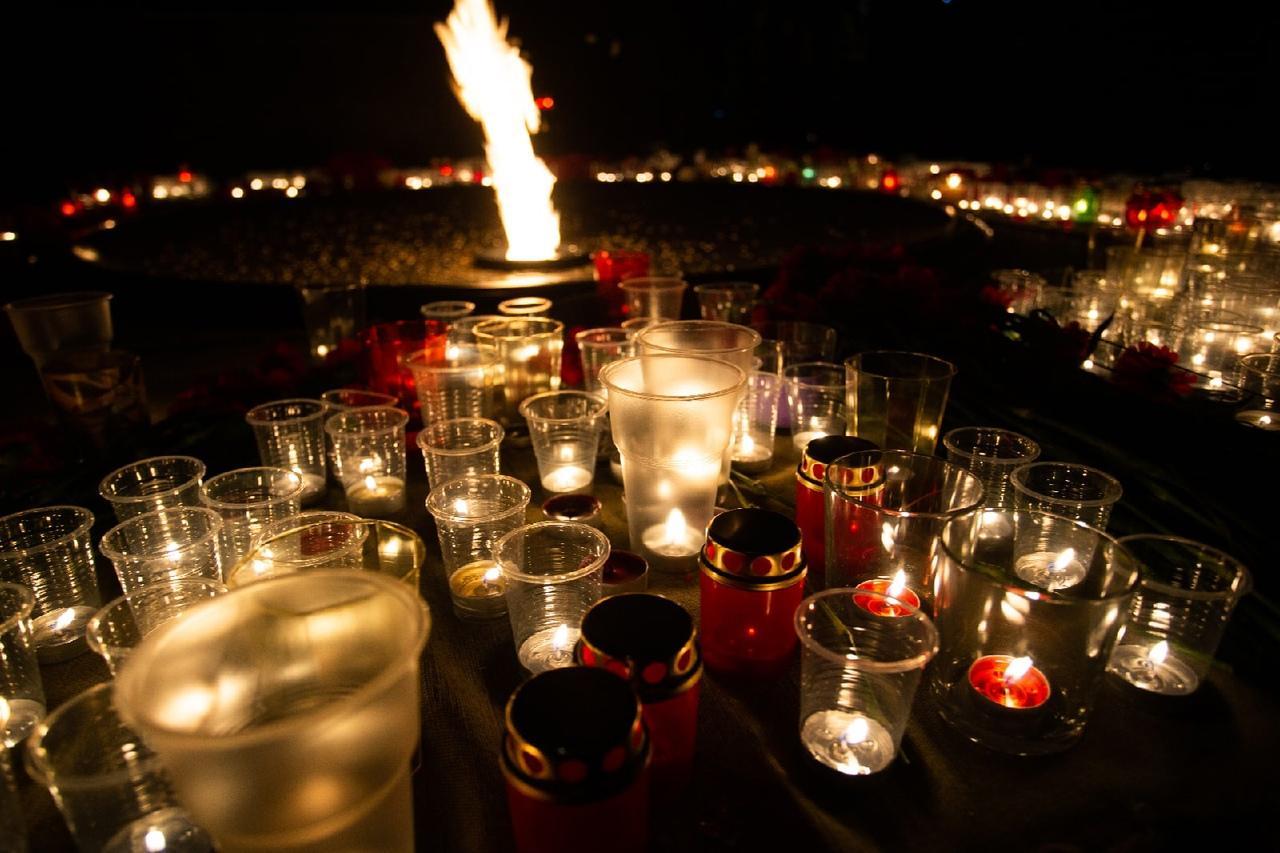 фото Новосибирцы зажгли тысячи свечей на Монументе Славы 5