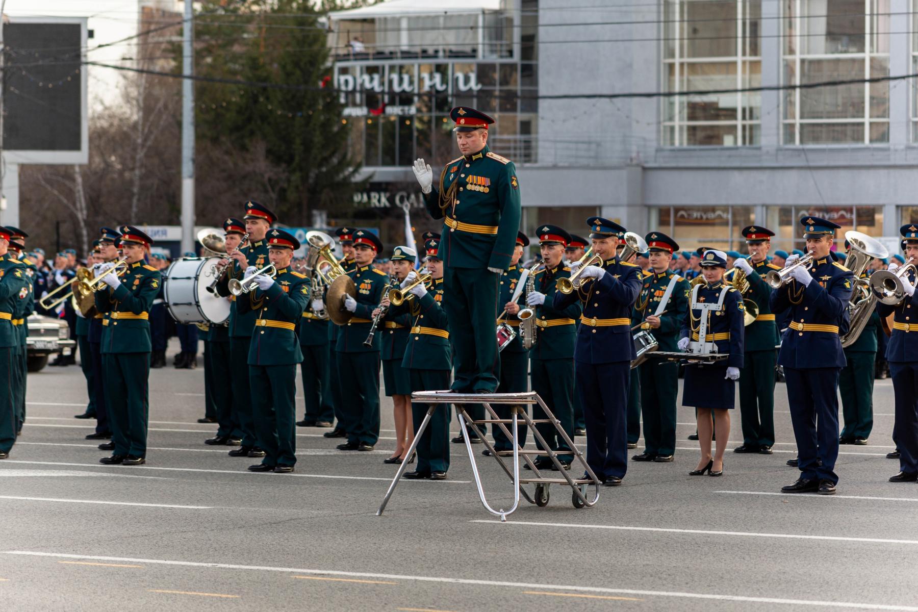 Фото Флаги, форма, техника, толпы зрителей: лучшие фото с репетиции парада в Новосибирске 8