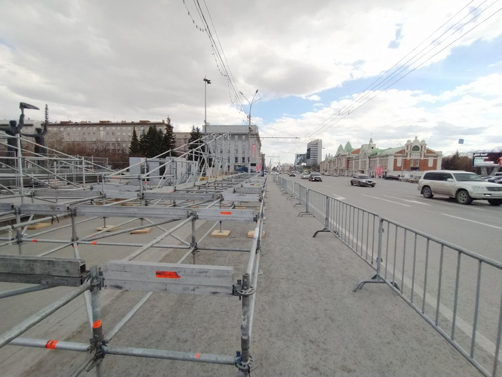 Фото В Новосибирске начали собирать сцену к параду Победы 9 мая 5