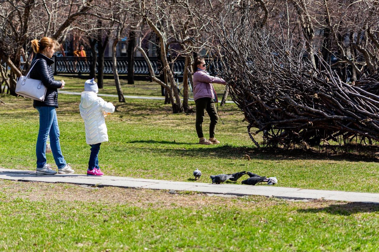 фото Верхом на самокате или лёжа на траве: как новосибирцы проводят тёплые майские выходные 11
