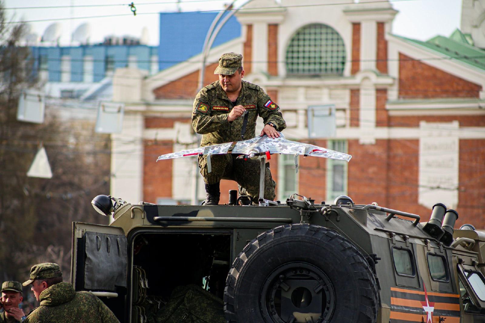Фото Флаги, форма, техника, толпы зрителей: лучшие фото с репетиции парада в Новосибирске 10