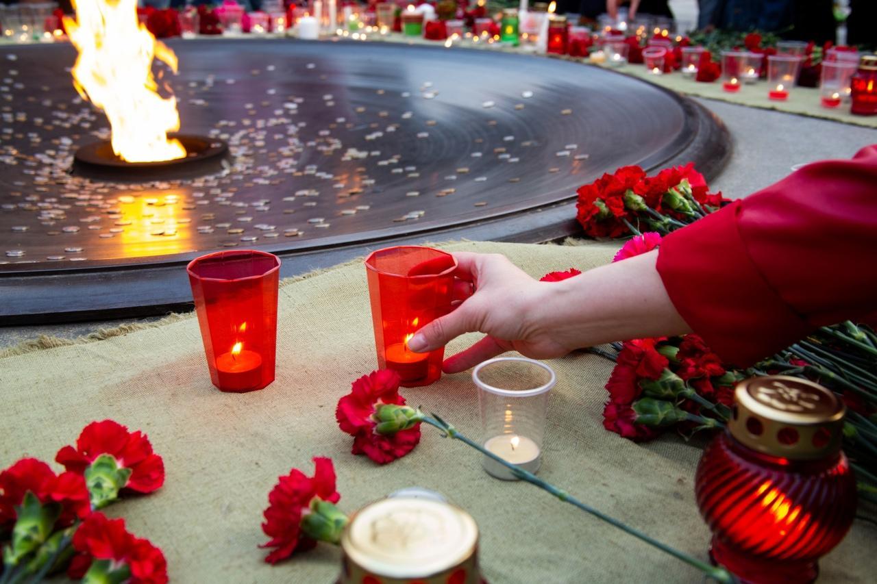 фото Новосибирцы зажгли тысячи свечей на Монументе Славы 4