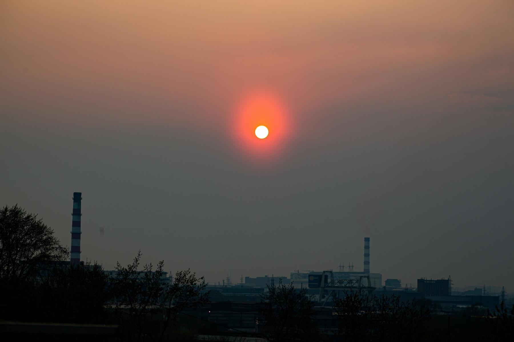 Фото В Новосибирске солнце стало кроваво-красным из-за смога 7 мая 6