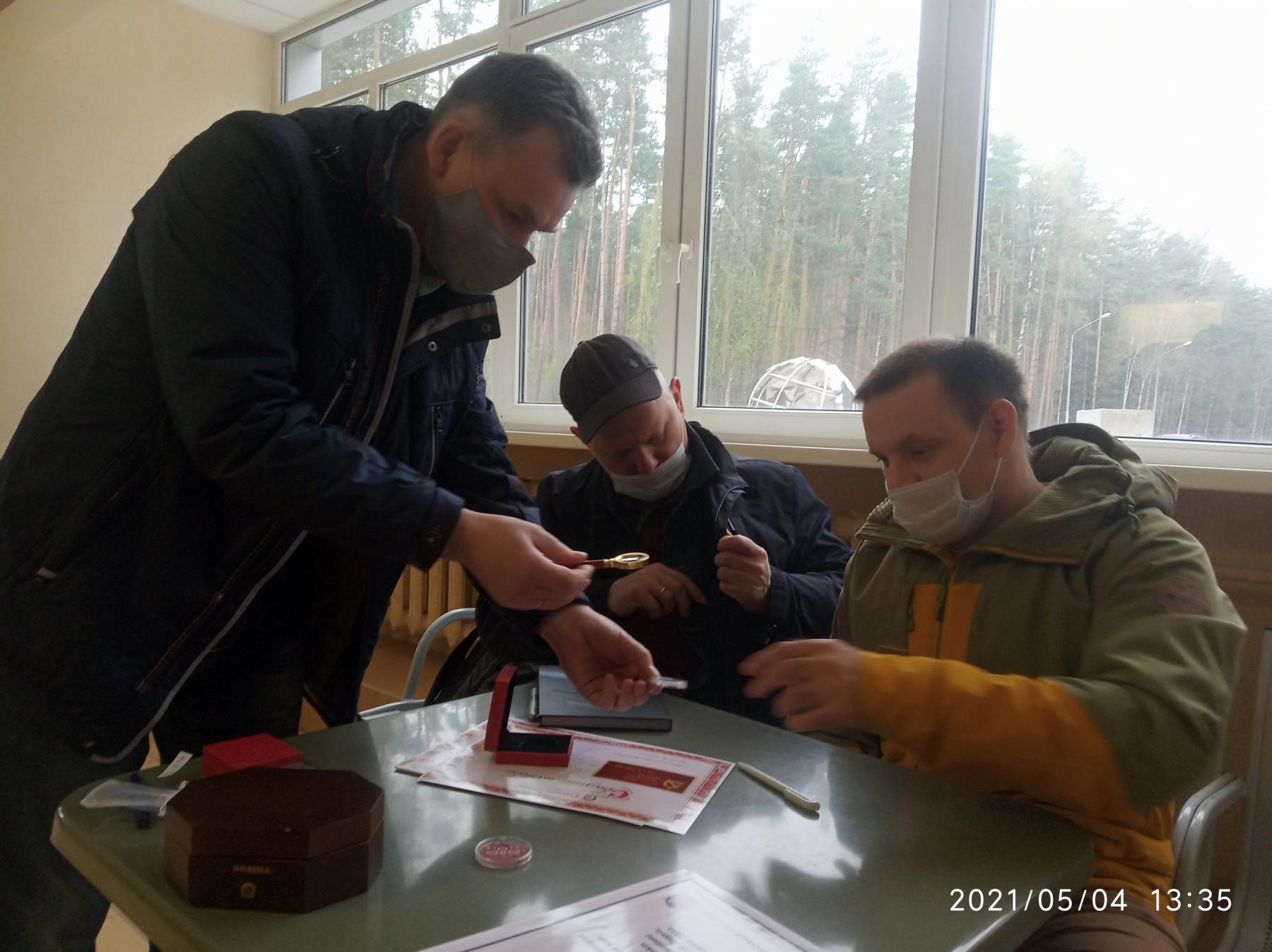 фото Новосибирский Левша подарил космонавтам микрочервонцы 3
