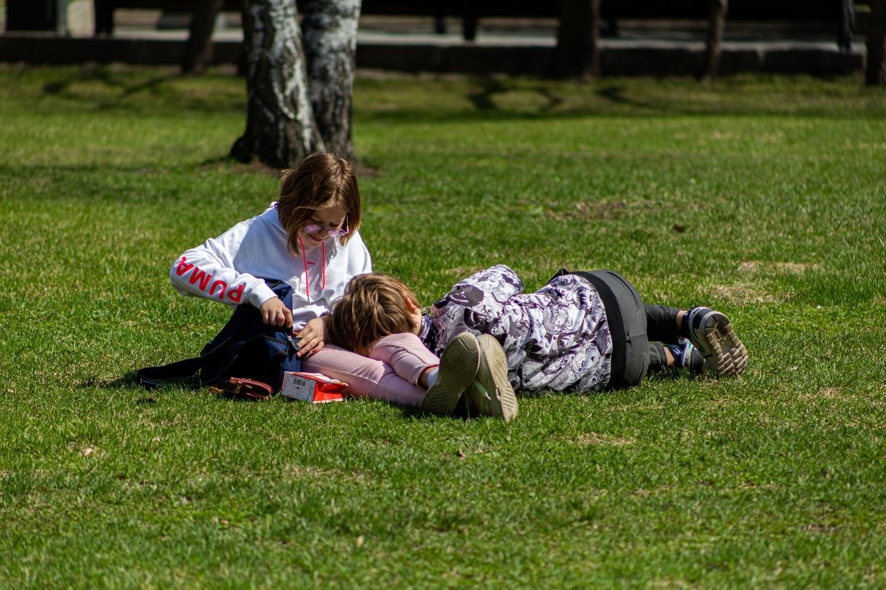фото Верхом на самокате или лёжа на траве: как новосибирцы проводят тёплые майские выходные 12