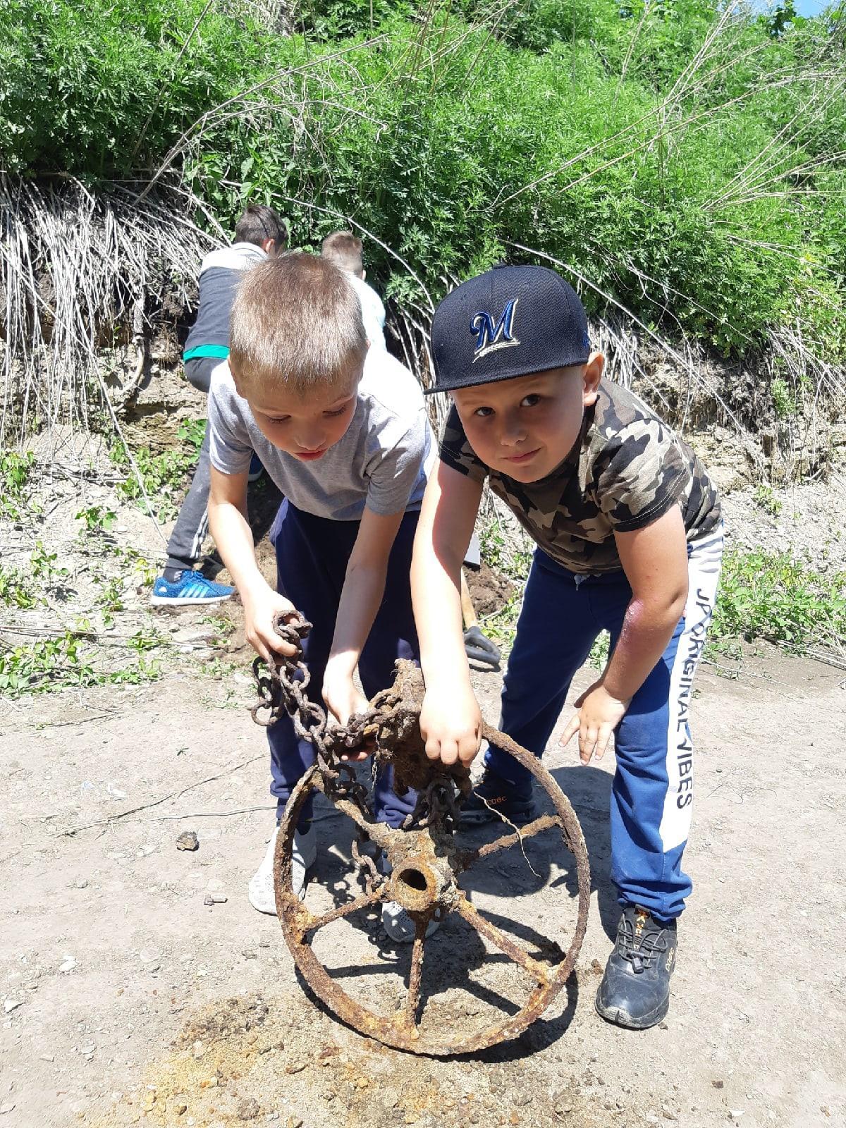 фото Дети нашли старинное колесо в Новосибирске 3