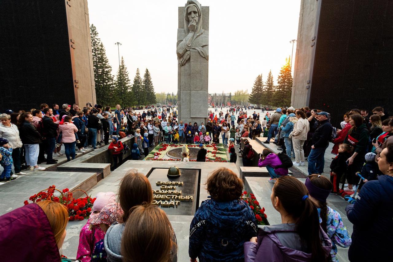 фото Новосибирцы зажгли тысячи свечей на Монументе Славы 2
