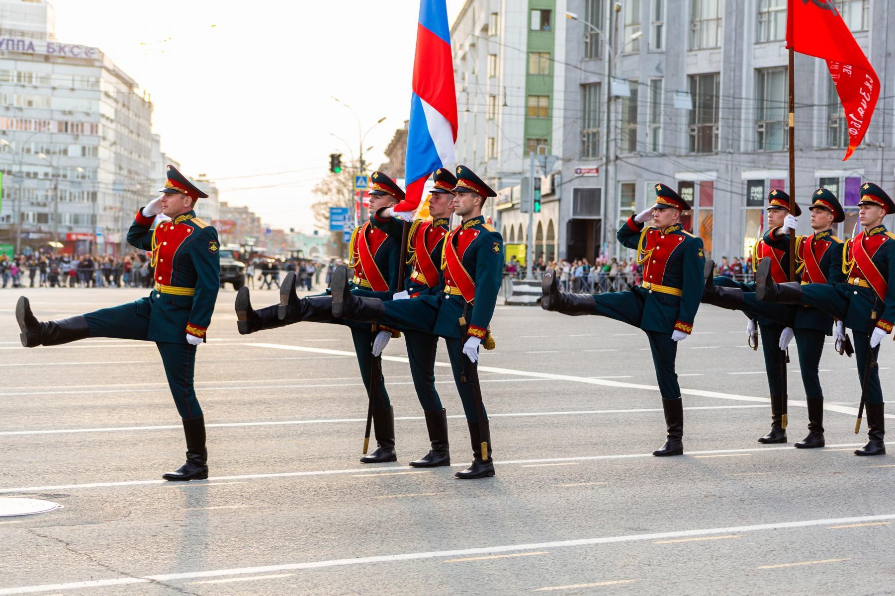 Фото Флаги, форма, техника, толпы зрителей: лучшие фото с репетиции парада в Новосибирске 6