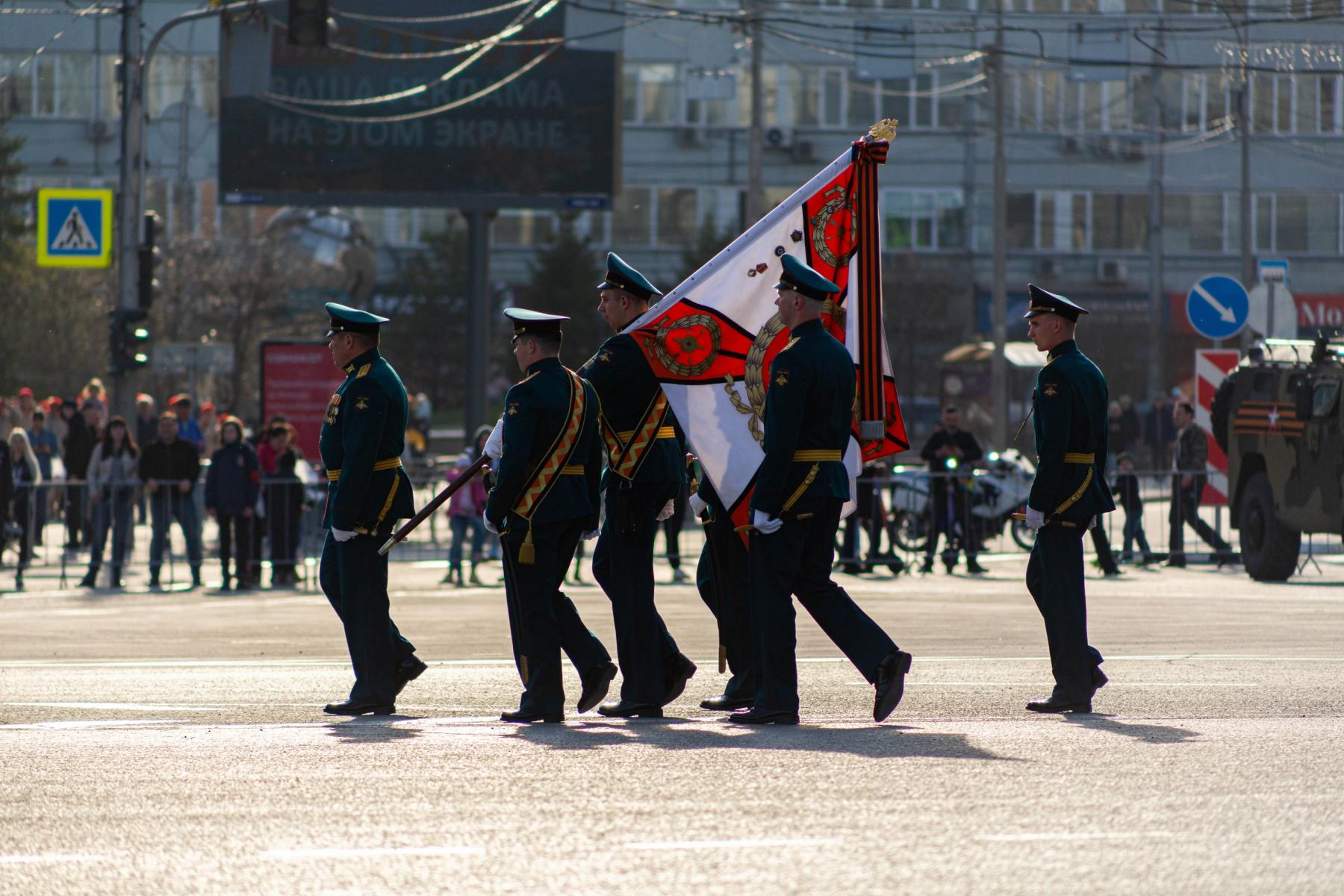 Фото Флаги, форма, техника, толпы зрителей: лучшие фото с репетиции парада в Новосибирске 3