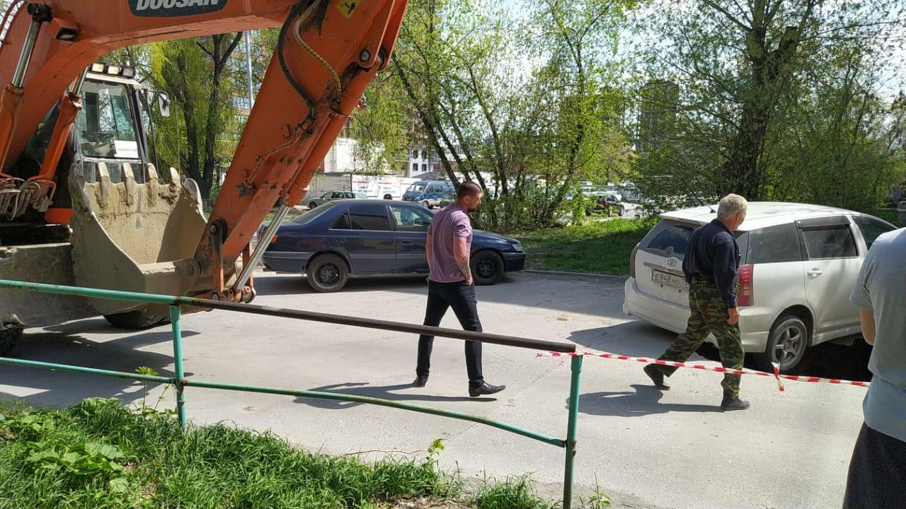 Фото «Тойота» провалилась в асфальт на улице Дачной в Новосибирске 2