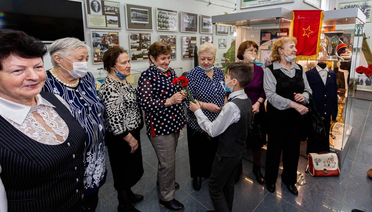 фото Сто лет истории: в музее Дзержинского района школьники поздравили ветеранов с Днём Победы 4