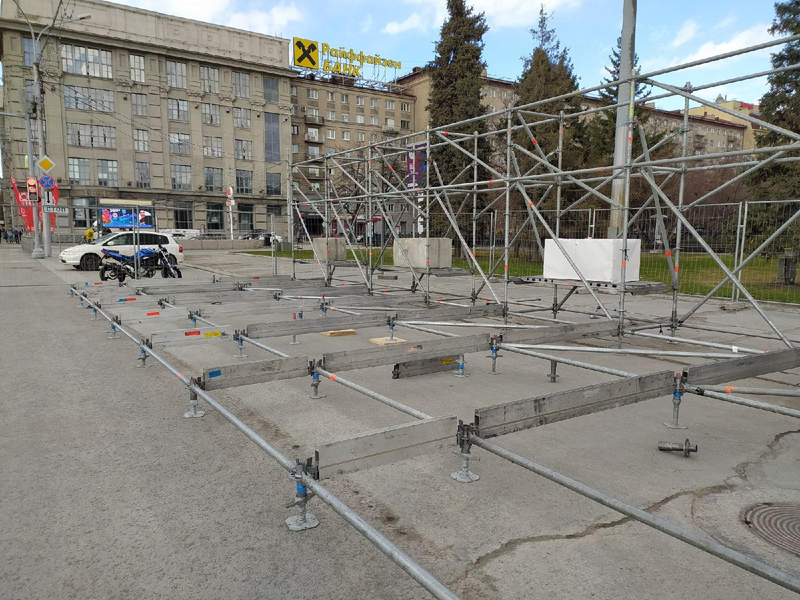 Фото В Новосибирске начали собирать сцену к параду Победы 9 мая 6