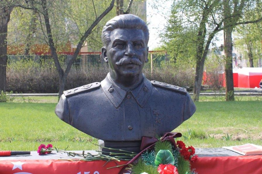 Военные Новосибирска против монумента Сталину уДома офицеров