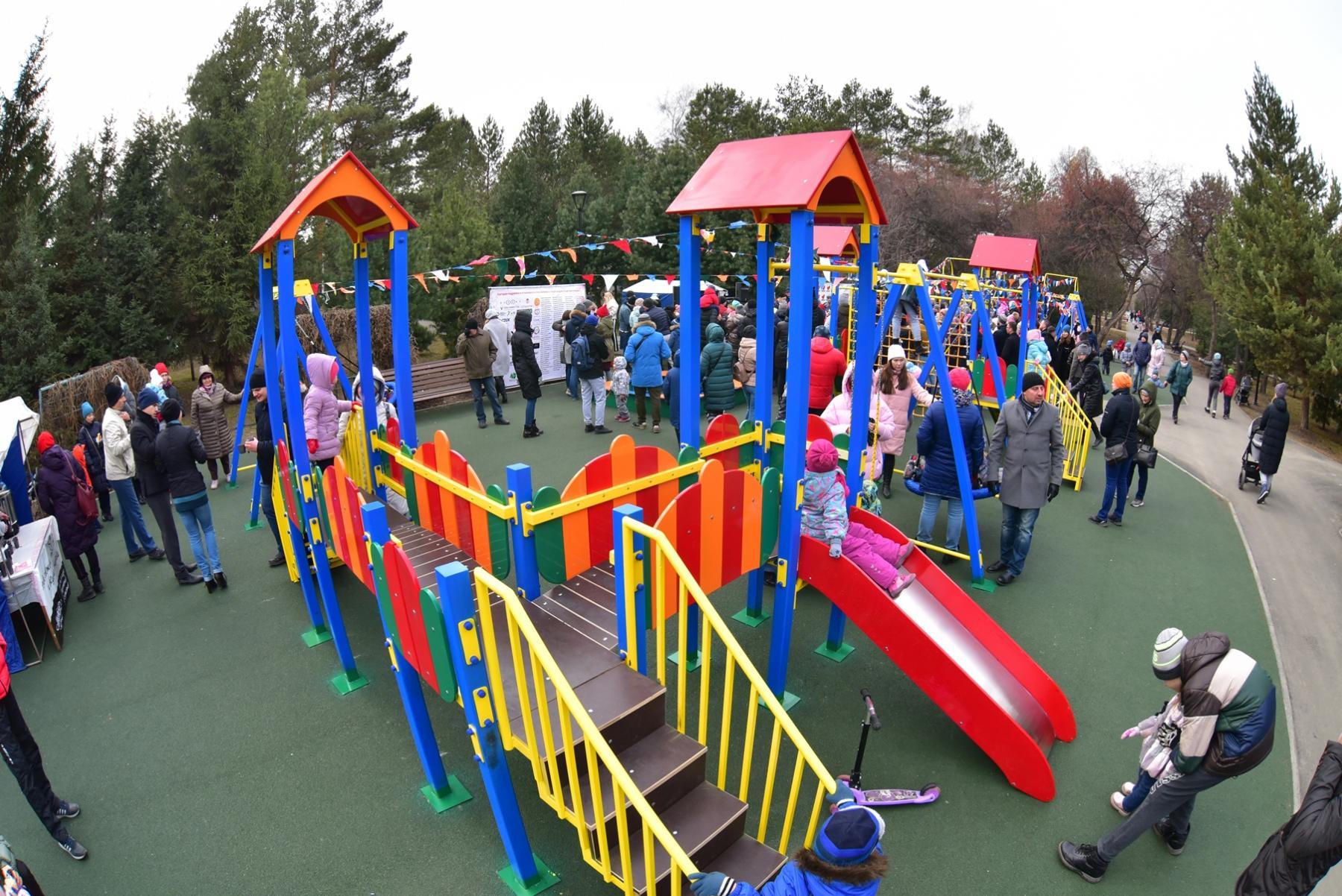 Фото В новосибирском Сквере Славы открыли детскую площадку, построенную при финансовой поддержке Сбербанка 2
