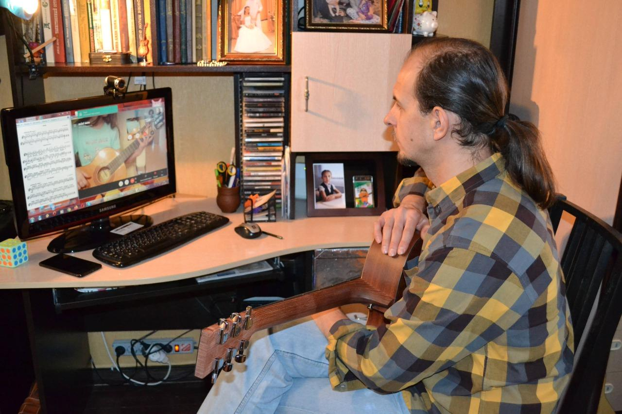 фото Можно ли освоить музыкальный инструмент «онлайн»: учитель гитары рассказал о нюансах и сложностях дистанционного обучения 3