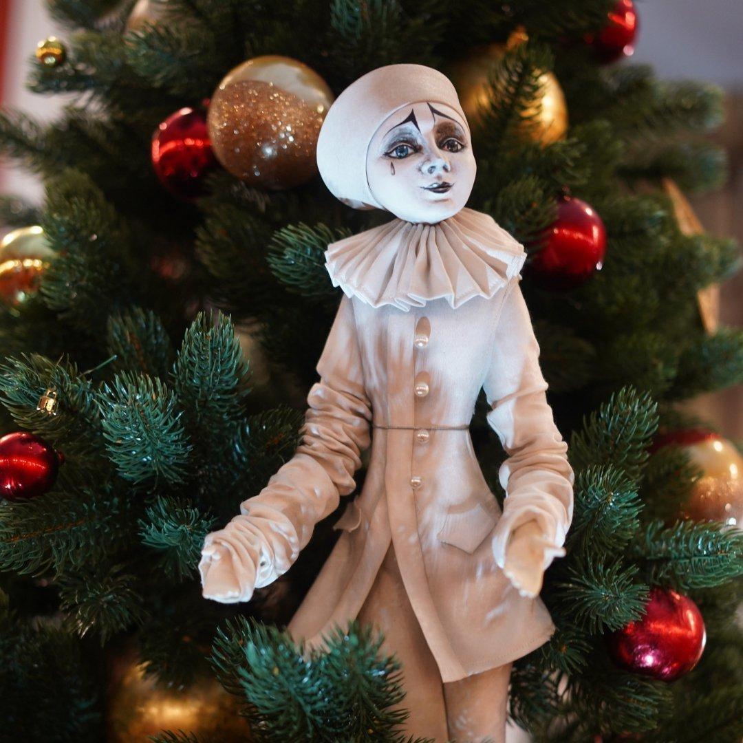 фото НОВАТ показал авторскую ёлку с игрушками в виде персонажей спектаклей 3