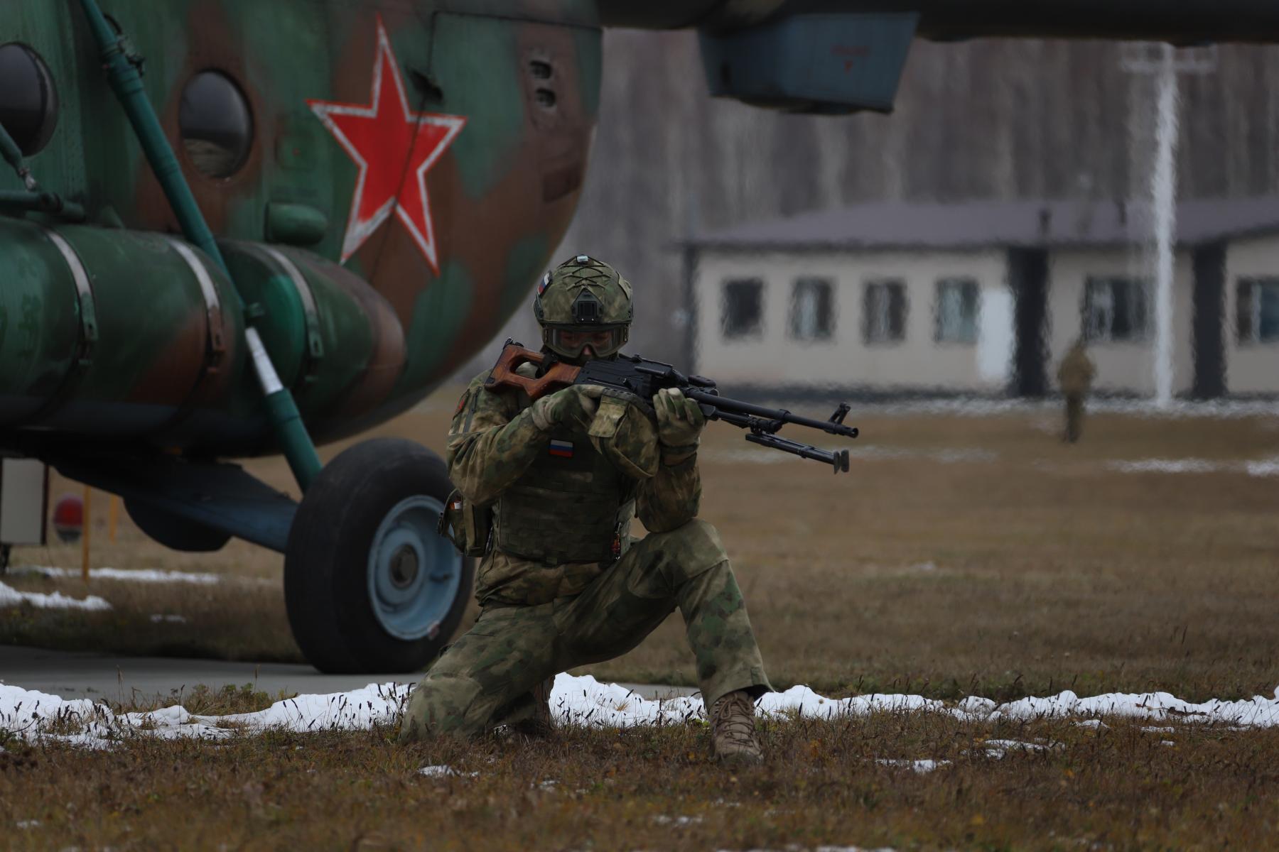 Фото Новосибирские спецназовцы вышли из вертолёта без парашютов: смотрим на лучшие кадры с учений 3