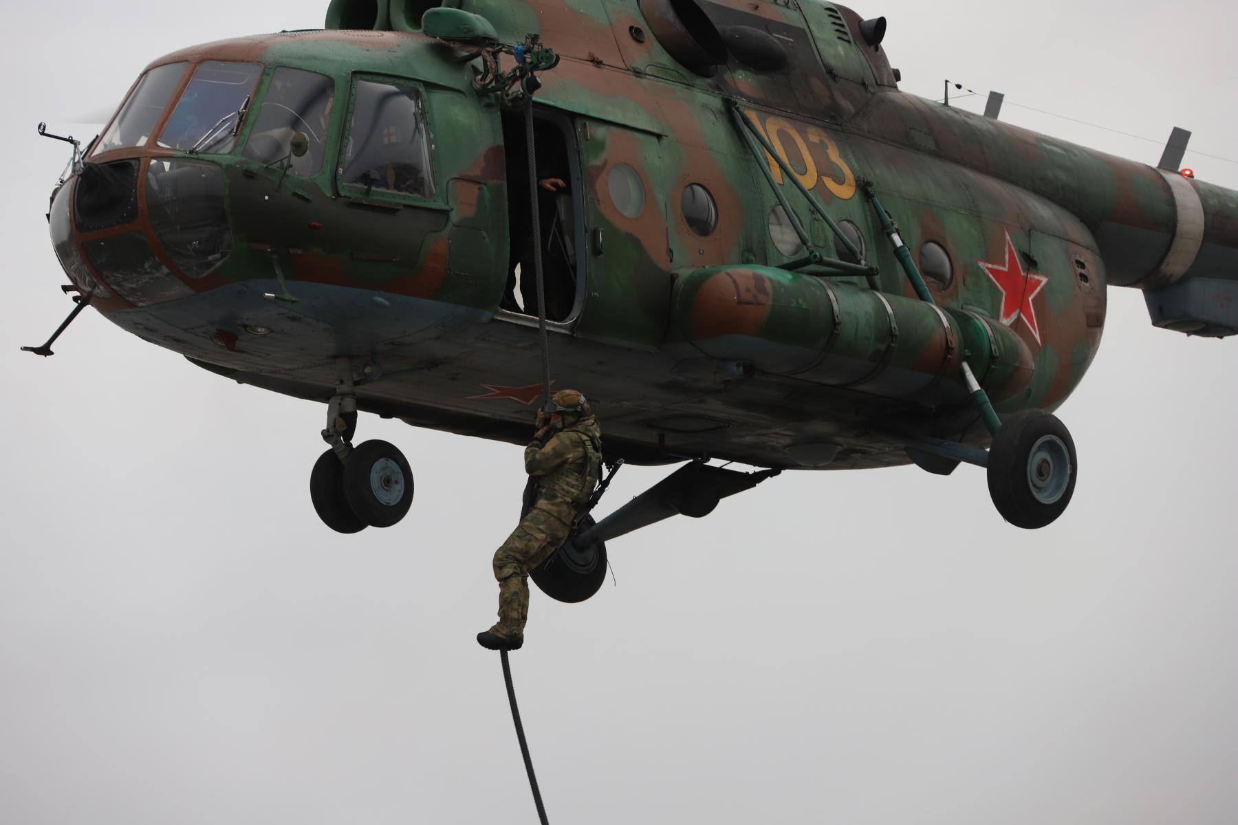 Фото Новосибирские спецназовцы вышли из вертолёта без парашютов: смотрим на лучшие кадры с учений 2