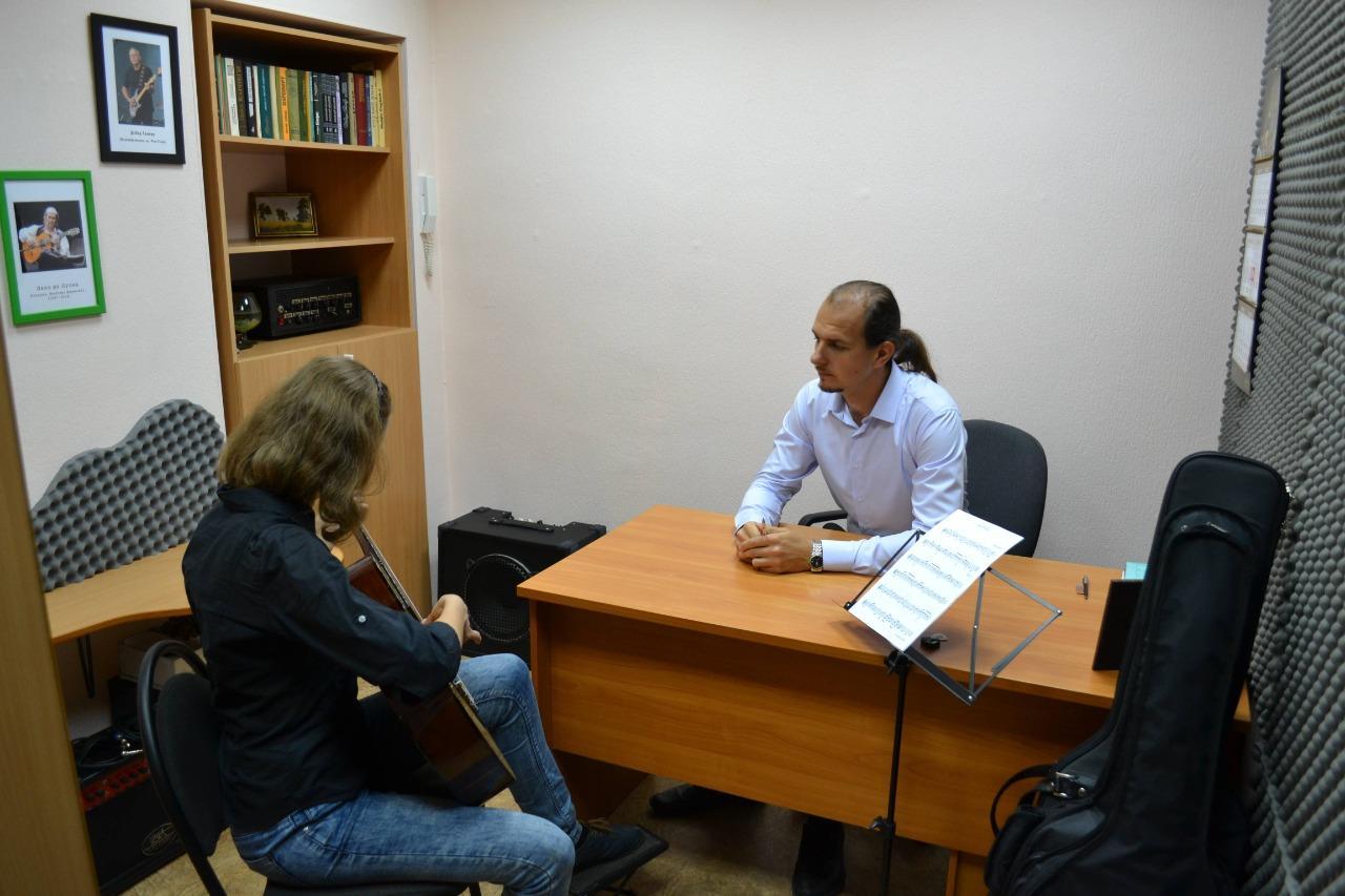 фото Можно ли освоить музыкальный инструмент «онлайн»: учитель гитары рассказал о нюансах и сложностях дистанционного обучения 2