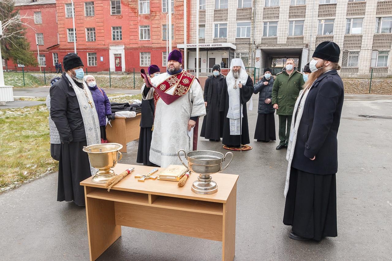 фото Новый ковидный госпиталь в Новосибирске окропили святой водой 3