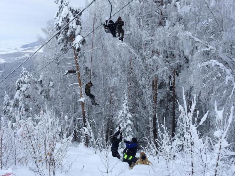 фото Из-за упавшего дерева в Белокурихе туристы зависли в креслах на канатной дороге 3