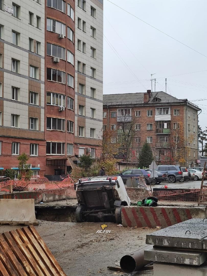 Фото Жигули угодили в разрытую теплотрассу в Ленинском районе Новосибирска 2