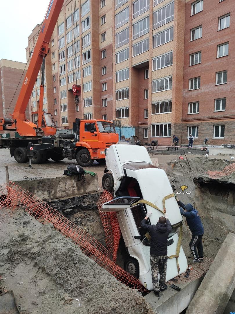 Фото Жигули угодили в разрытую теплотрассу в Ленинском районе Новосибирска 3