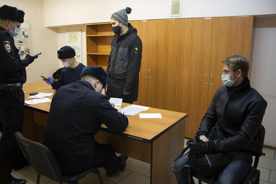 фото «За вызывающее поведение – протокол»: в Новосибирском метрополитене ловили нарушителей масочного режима 3